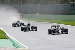Pierre Gasly, AlphaTauri AT02, Lewis Hamilton, Mercedes W12, en Valtteri Bottas, Mercedes W12