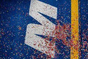 Les confetti au sol après la cérémonie du podium