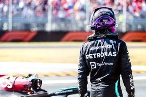 Lewis Hamilton, Mercedes W12, na zijn crash met Max Verstappen, Red Bull Racing