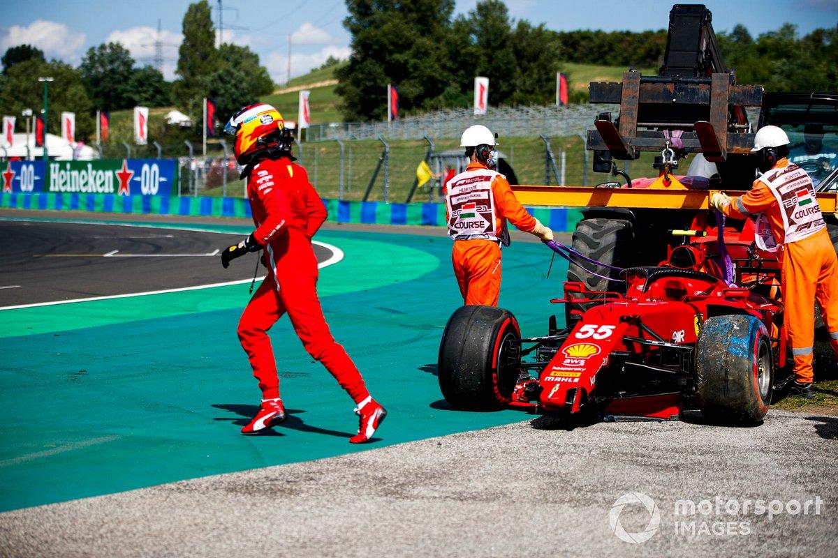 Carlos Sainz Jr., Ferrari SF21 corriendo por la pista después de chocar en la clasificación