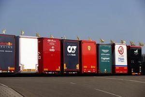 Team trucks in de paddock