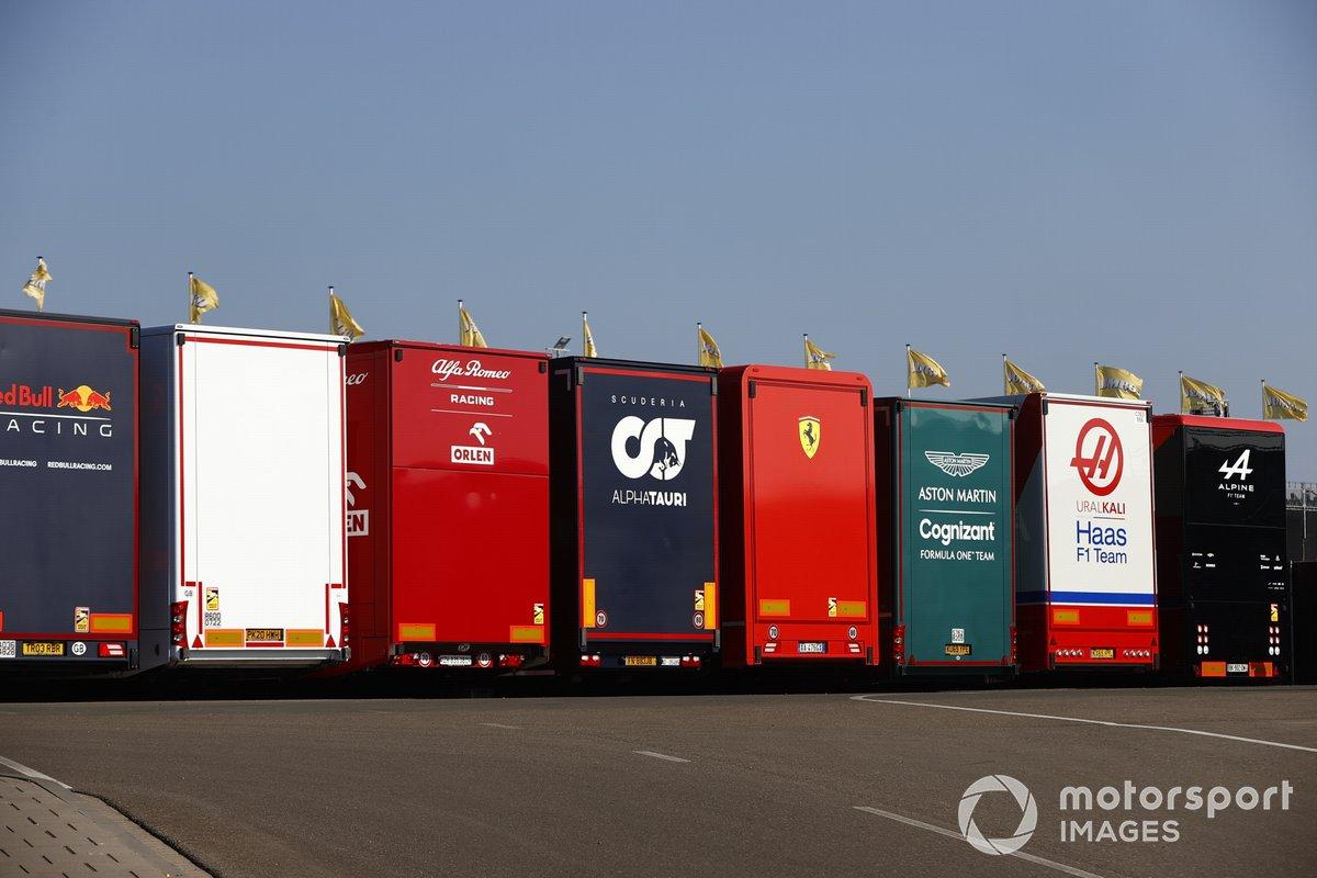Camiones del equipo en el paddock
