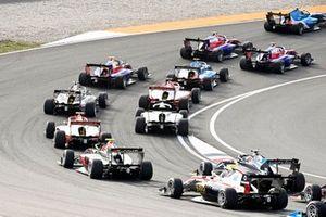 Roman Stanek, Hitech Grand Prix, Ido Cohen, Carlin Buzz Racing and Oliver Rasmussen, HWA Racelab at the start