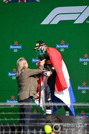 Max Verstappen, Red Bull Racing, 1a posizione, riceve il suo trofeo