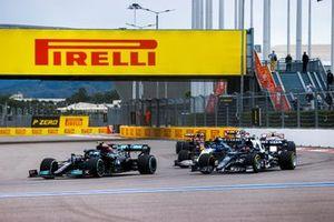 Valtteri Bottas, Mercedes W12, Yuki Tsunoda, AlphaTauri AT02, Nicholas Latifi, Williams FW43B, Mick Schumacher, Haas VF-21, and the remainder of the field on the opening lap