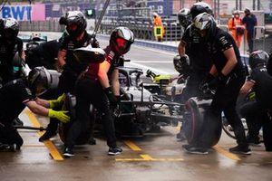 Les mécaniciens remplacent l'aileron avant de Lewis Hamilton, Mercedes W12, pendant les qualifications