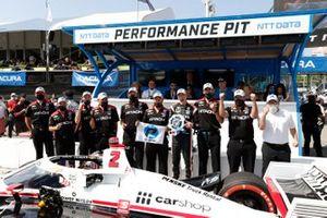 Josef Newgarden, Team Penske Chevrolet, vincitore della pole NTT P1 in festa