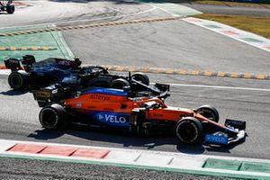 Daniel Ricciardo, McLaren MCL35M, Valtteri Bottas, Mercedes W12