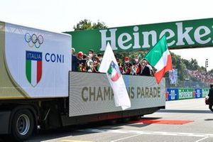 De parade van de Italiaanse Olympische kampioenen en de winnaars van Euro 2020