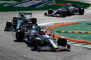 Robert Kubica, Alfa Romeo Racing C41, Sebastian Vettel, Aston Martin AMR21, and Antonio Giovinazzi, Alfa Romeo Racing C41
