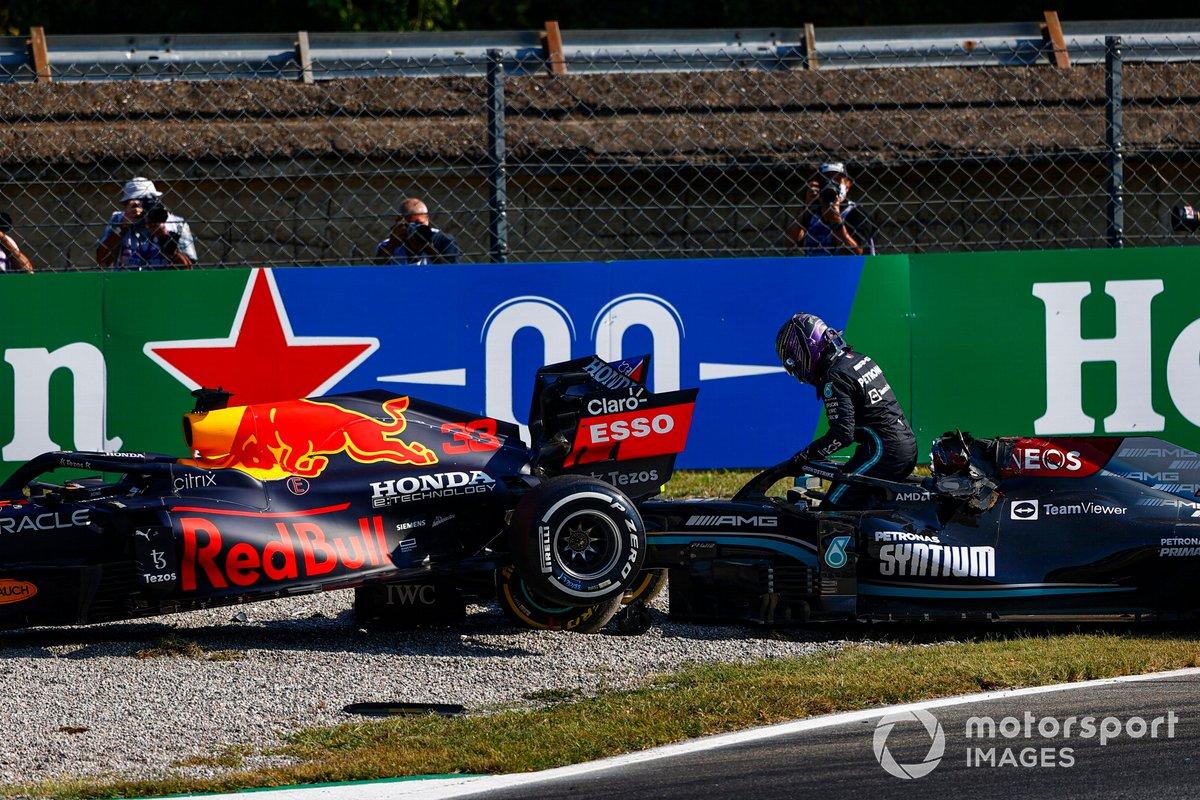 Lewis Hamilton, Mercedes, esce dalla sua auto dopo l'incidente con Max Verstappen, Red Bull Racing RB16B