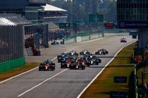 Daniel Ricciardo, McLaren MCL35M, Max Verstappen, Red Bull Racing RB16B, Lando Norris, McLaren MCL35M, Lewis Hamilton, Mercedes W12, Charles Leclerc, Ferrari SF21, and the rest of the field at the start
