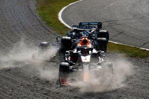 Lewis Hamilton, Mercedes W12, en Max Verstappen, Red Bull Racing RB16B, crashen uit de race