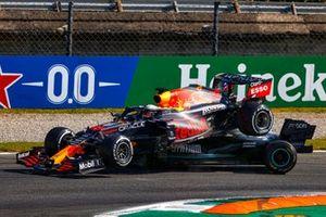 Max Verstappen, Red Bull Racing RB16B, e Lewis Hamilton, Mercedes W12