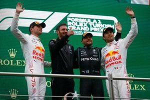 Max Verstappen, Red Bull Racing, 2nd position, the Mercedes trophy delegate, Valtteri Bottas, Mercedes, 1st position, and Sergio Perez, Red Bull Racing, 3rd position, on the podium