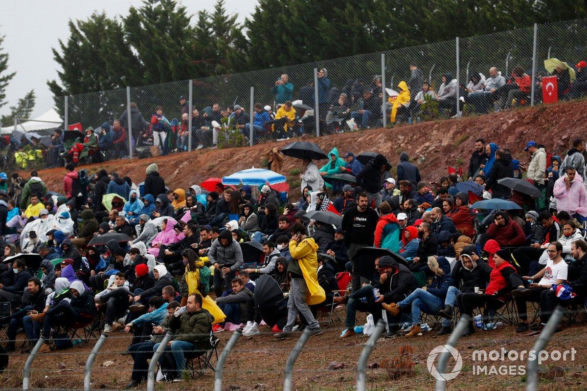 Los aficionados se reúnen en torno al circuito a pesar del mal tiempo