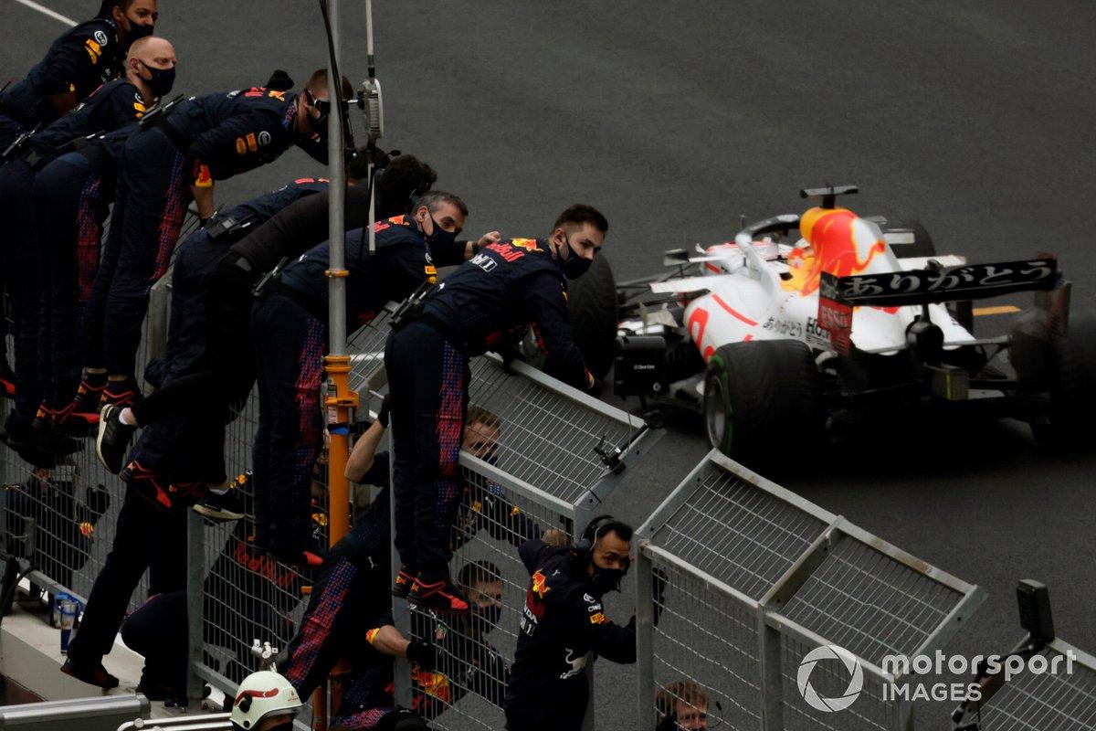 El equipo Red Bull anima desde el muro de boxes mientras Max Verstappen, Red Bull Racing RB16B, 2ª posición, cruza la línea de meta