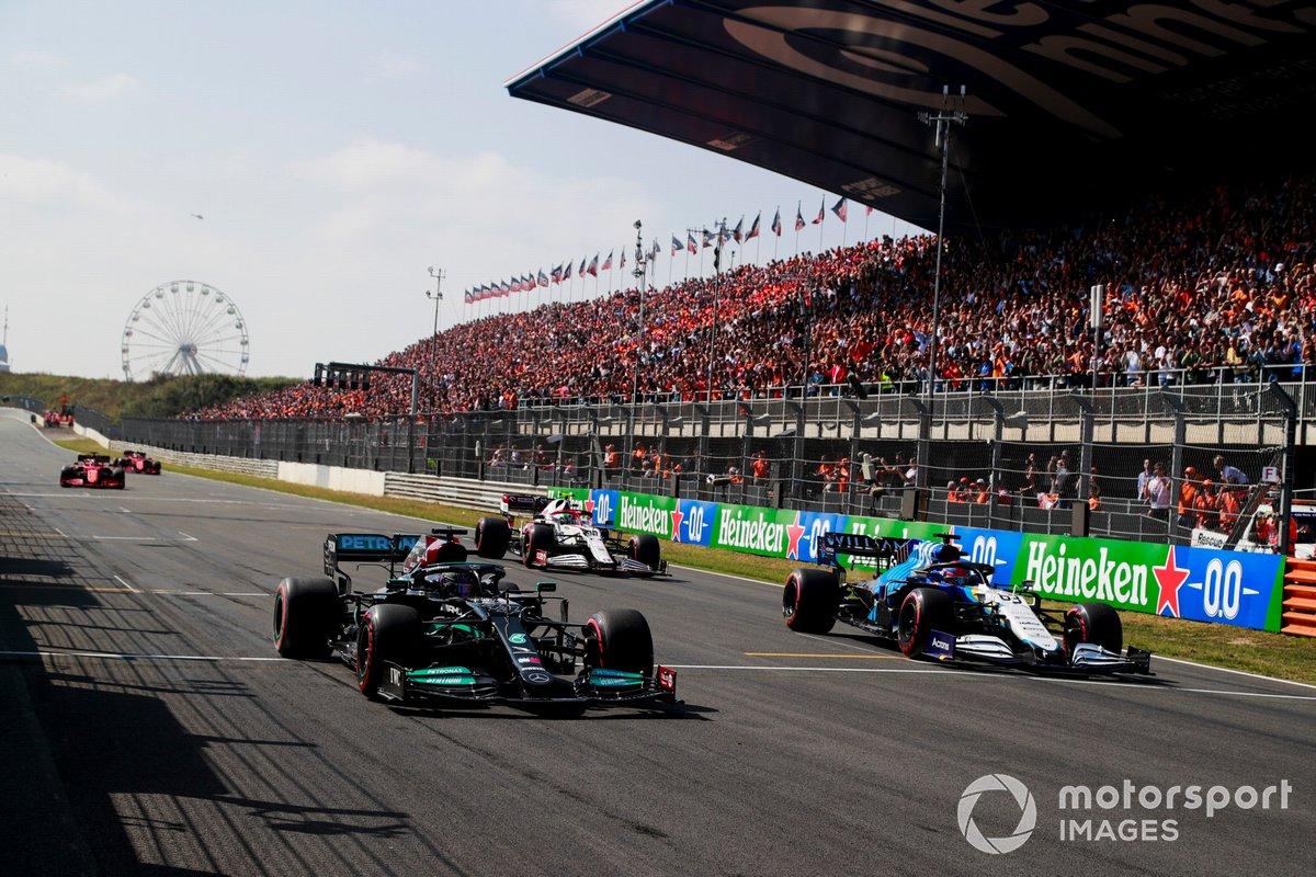 Lewis Hamilton, Mercedes W12, George Russell, Williams FW43B, en la parrilla al final de la FP1