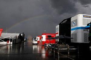 Regenbogen über dem Superbike-Fahrerlager