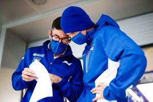 Mick Schumacher, Haas F1, met een ingenieur
