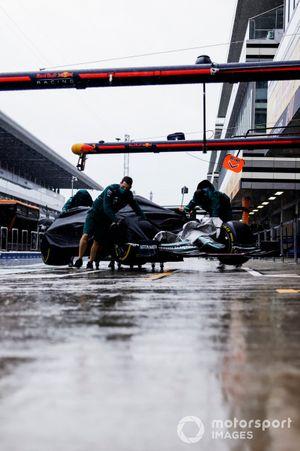 Monteurs verplaatsen een Aston Martin AMR21