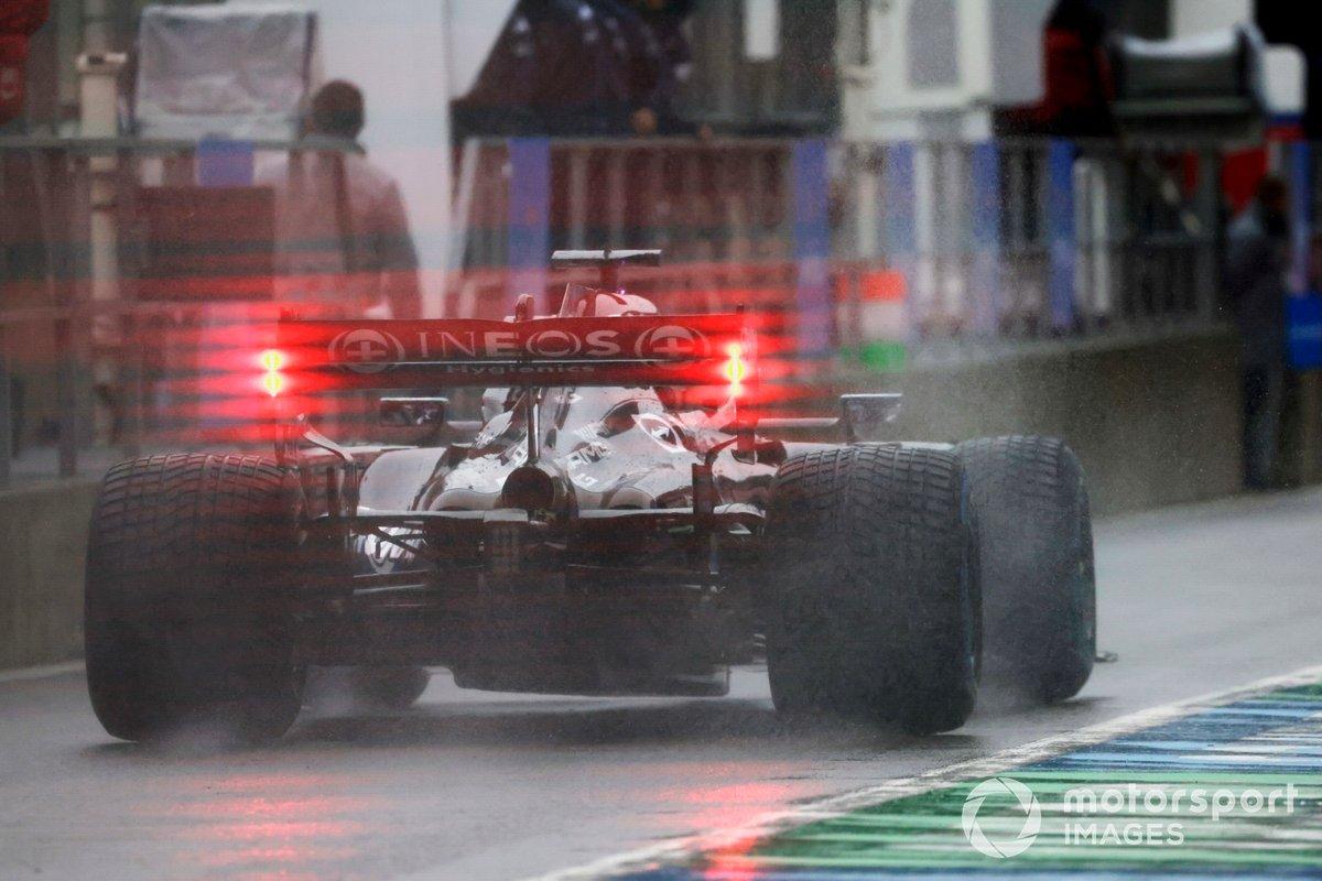 Lewis Hamilton, Mercedes W12, en pit lane