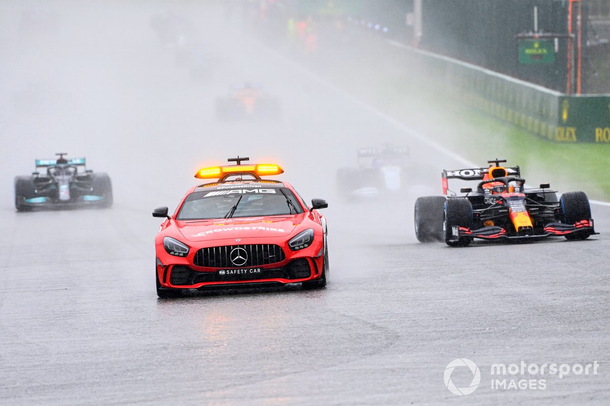 El Safety Car al frente de Max Verstappen, Red Bull Racing RB16B, George Russell, Williams FW43B, Lewis Hamilton, Mercedes W12