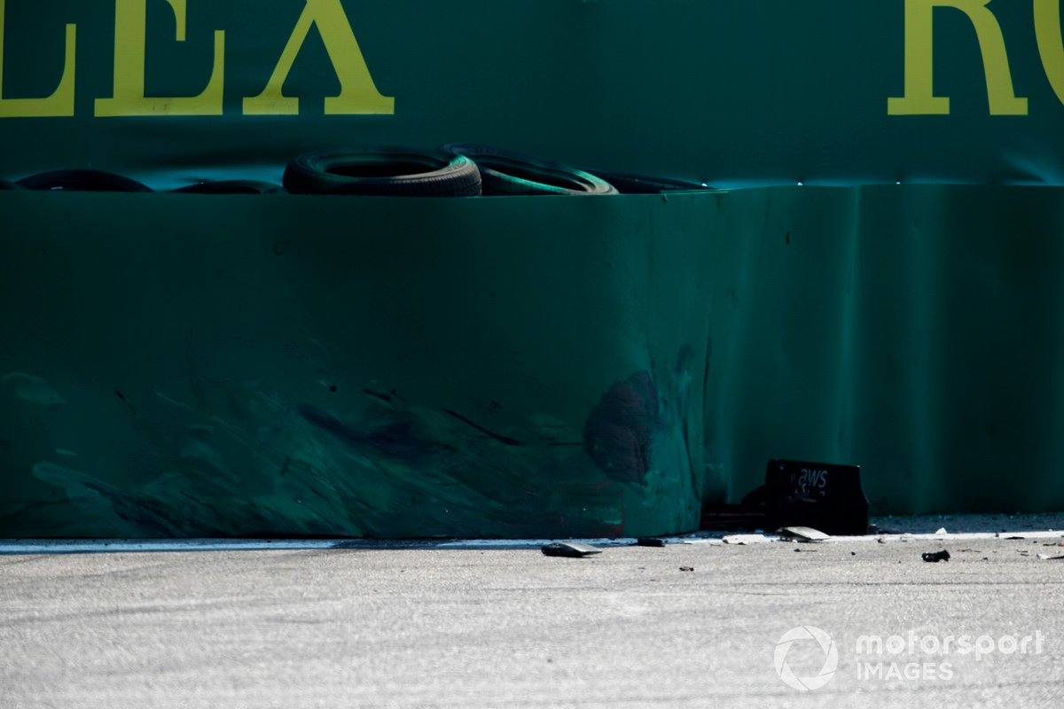 Daños en las protecciones tras el accidente de Carlos Sainz, Ferrari, en Monza