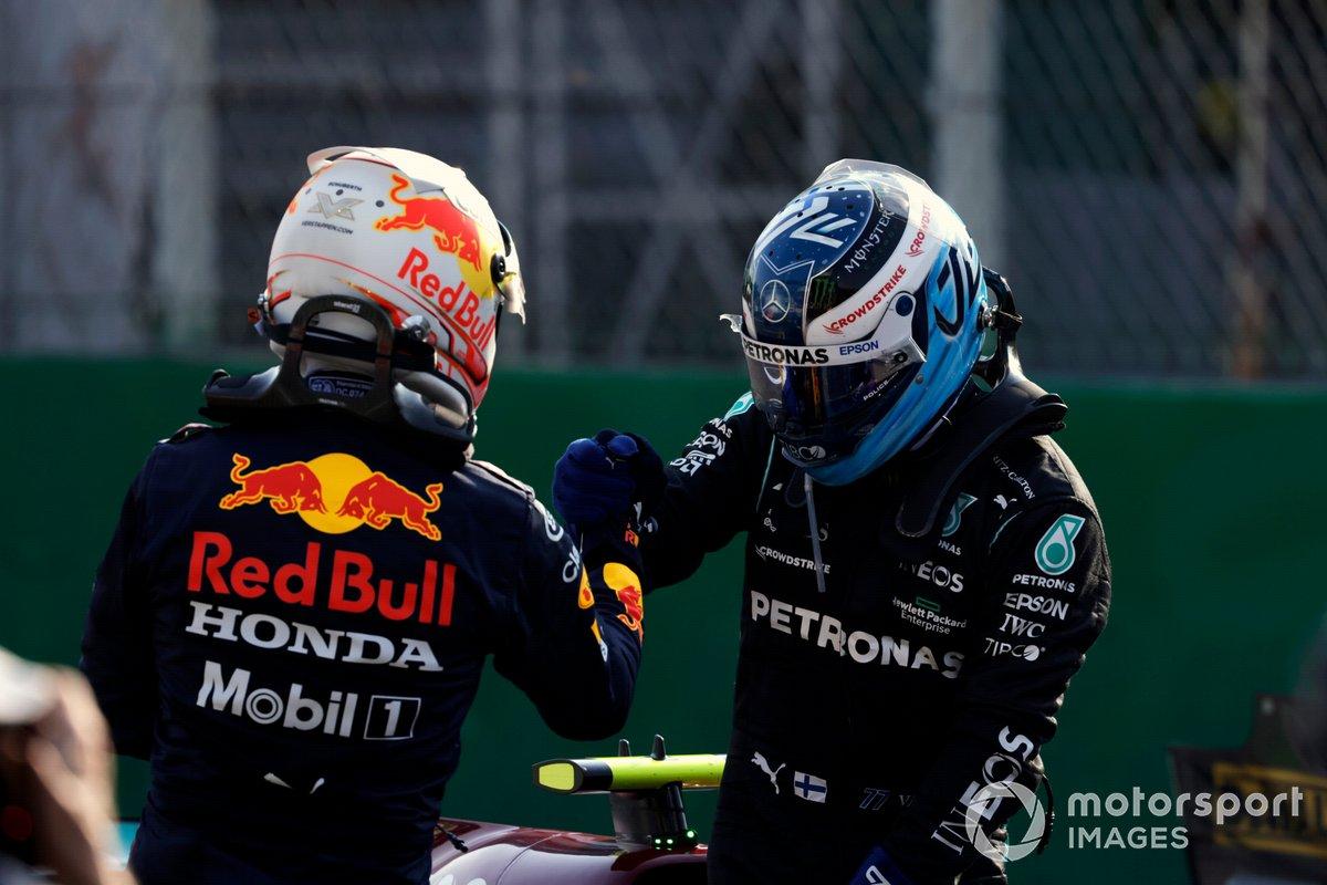 Max Verstappen, Red Bull Racing, segundo y el ganador carrera sprint y pole position Valtteri Bottas, Mercedes, en Parc Ferme