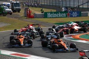 Daniel Ricciardo, McLaren MCL35M, Lando Norris, McLaren MCL35M, Pierre Gasly, AlphaTauri AT02, Lewis Hamilton, Mercedes W12, en de rest van het veld in de openingsronde