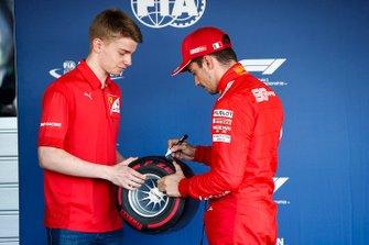 Charles Leclerc, Ferrari, festeggia la pole position, e riceve il trofeo Pirelli pole da Robert Shwartzman, PREMA Racing