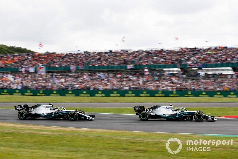 Valtteri Bottas, Mercedes AMG W10, precede Lewis Hamilton, Mercedes AMG F1 W10