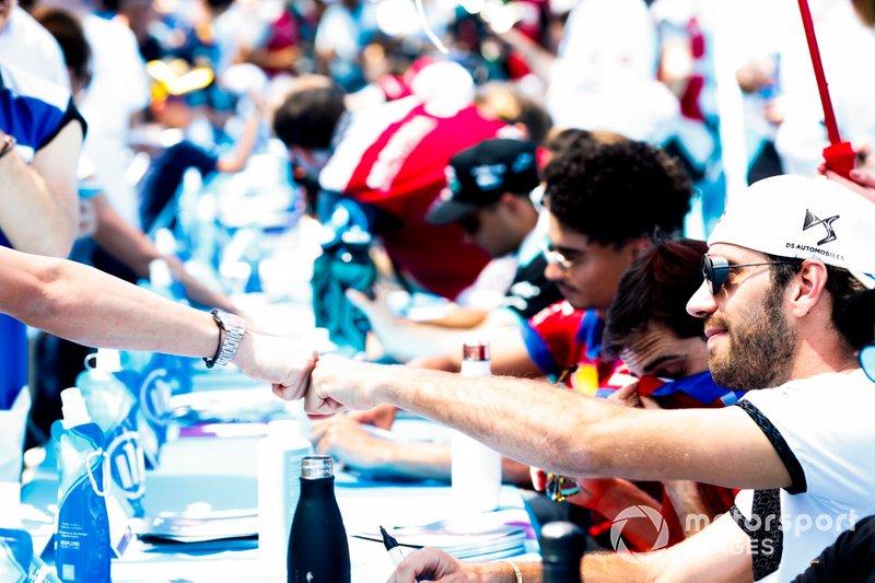 Jean-Eric Vergne, DS TECHEETAH da un puñetazo a un fan en la sesión de autógrafos