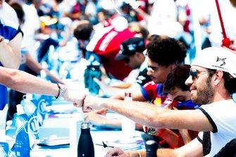 Jean-Eric Vergne, DS TECHEETAH salue un fan à la séance d'autographes