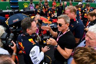Christian Horner, Team Principal, Red Bull Racing e Daniel Craig, attore, in griglia di partenza