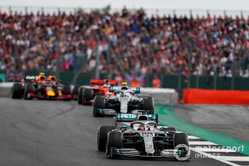 Lewis Hamilton, Mercedes AMG F1 W10, precede Valtteri Bottas, Mercedes AMG W10, Sebastian Vettel, Ferrari SF90, e Pierre Gasly, Red Bull Racing RB15