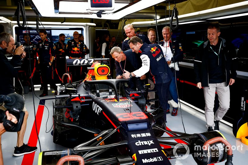 Christian Horner, director de Red Bull Racing, muestra el Red Bull RB15 al actor Daniel Craig