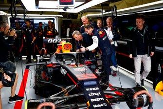 Christian Horner, team principal de Red Bull Racing, montrant la Red Bull Racing RB15 à l'acteur Daniel Craig