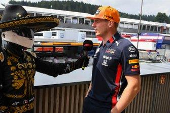 Max Verstappen, Red Bull Racing, met Mario Achi