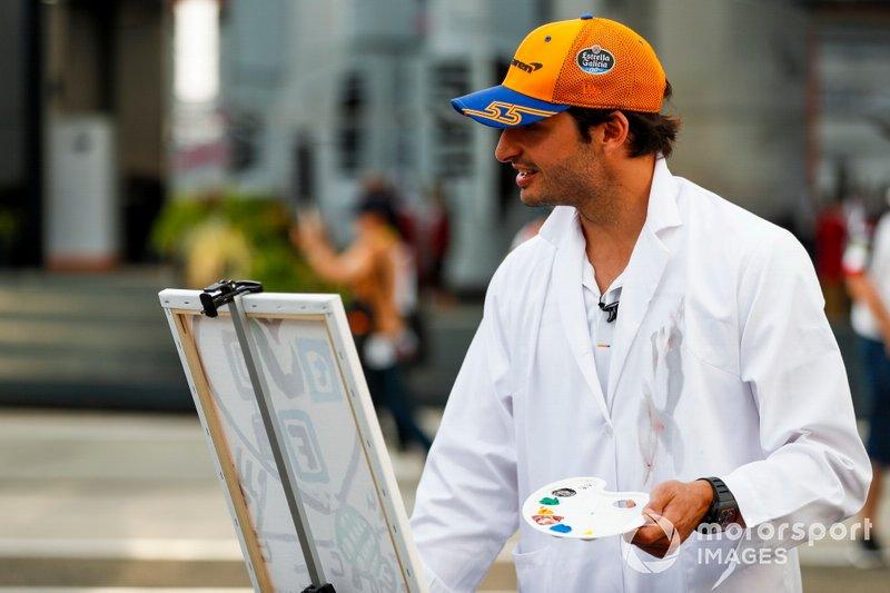 Carlos Sainz Jr. de McLaren pinta para un largometraje de televisión