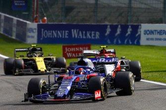 Daniil Kvyat, Toro Rosso STR14, lidera Antonio Giovinazzi, Alfa Romeo Racing C38, y Nico Hulkenberg, Renault F1 Team R.S. 19