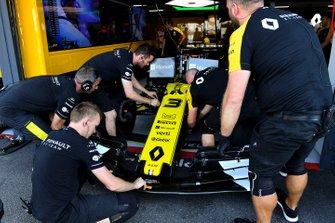 Les mécaniciens mettent un aileron avant sur la voiture de Daniel Ricciardo, Renault F1 Team R.S.19