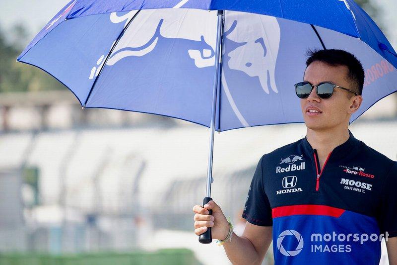 Alexander Albon, Toro Rosso, ispeziona il circuito