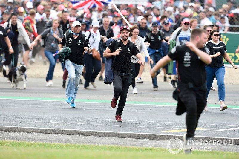 Fan festeggiano invadendo il circuito alla fine della gara