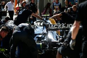 Kevin Magnussen, Haas F1, practices a pit stop