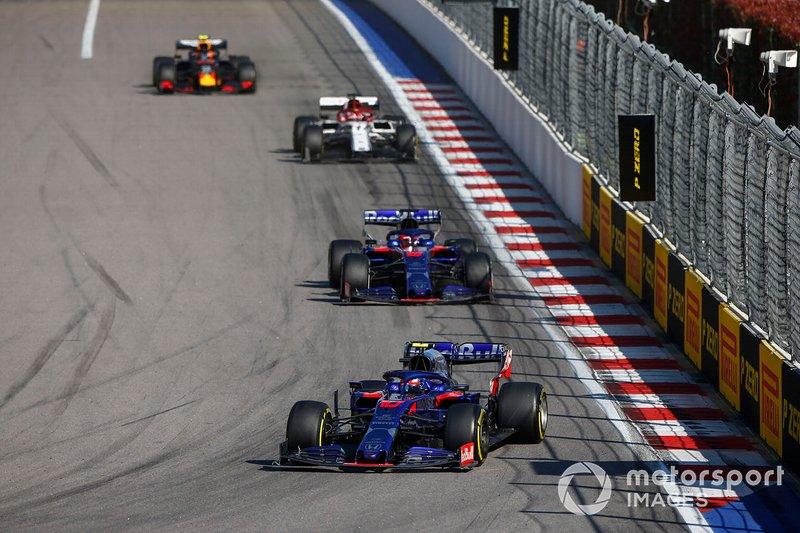 Pierre Gasly, Toro Rosso STR14, precede Daniil Kvyat, Toro Rosso STR14, Antonio Giovinazzi, Alfa Romeo Racing C38, e Alex Albon, Red Bull RB15