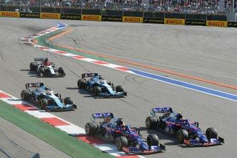 Pierre Gasly, Toro Rosso STR14, devant Daniil Kvyat, Toro Rosso STR14, George Russell, Williams Racing FW42, Robert Kubica, Williams FW42, et Kimi Raikkonen, Alfa Romeo Racing C38, au départ