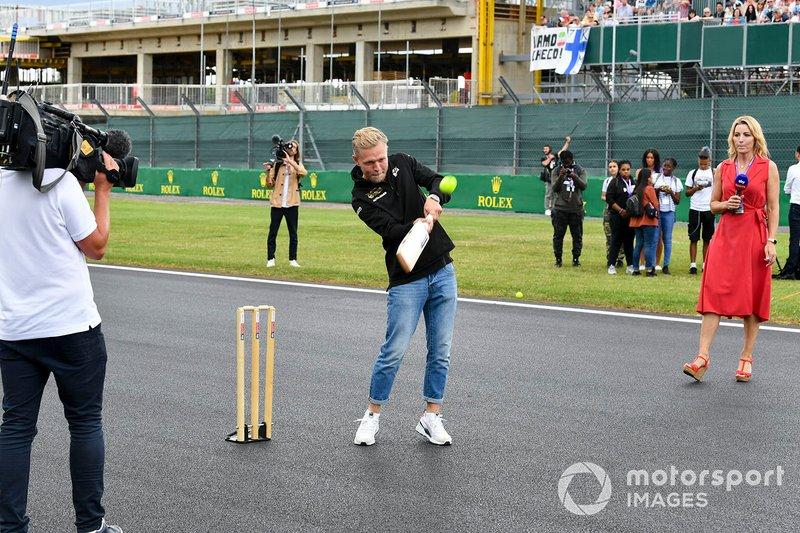 Kevin Magnussen, Haas F1, jugando a cricket