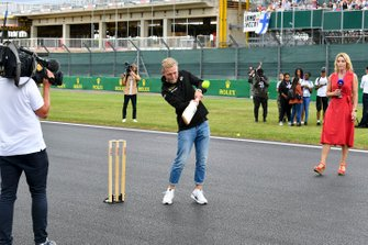 Kevin Magnussen, Haas F1 plays cricket