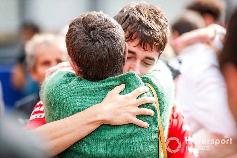 Charles Leclerc, Ferrari, abraza a la madre de Anthoine Hubert